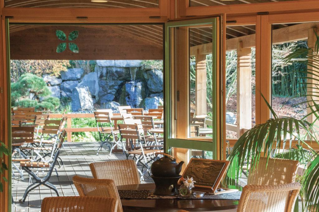 La maison de thé des Jardins de Gaïa et sa terrasse ouverte sur six jardins zen